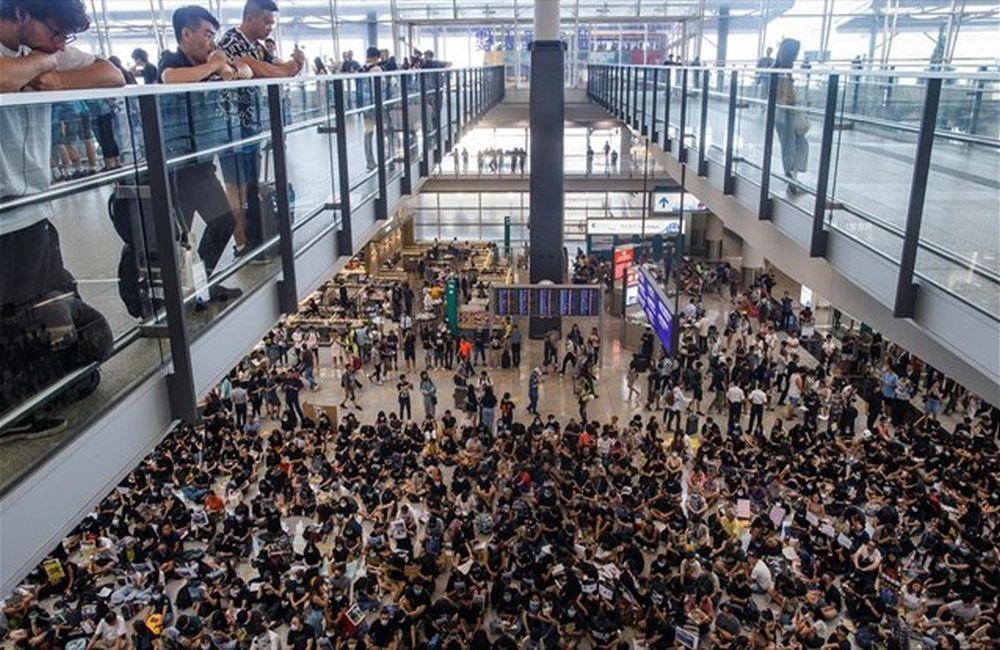 Χονγκ Κονγκ: Ανοιξε και πάλι το διεθνές αεροδρόμιο μετά τις βίαιες ταραχές
