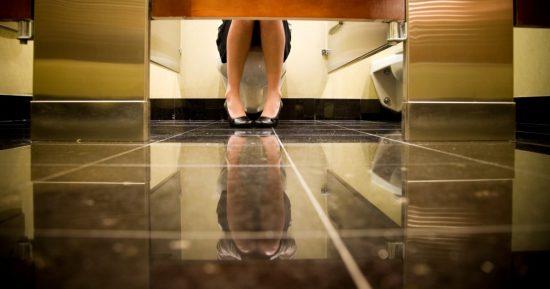 Αποτέλεσμα εικόνας για 9 Λόγοι για τους Οποίους οι Πόρτες στις Δημόσιες Τουαλέτες δεν Φτάνουν στο Πάτωμα