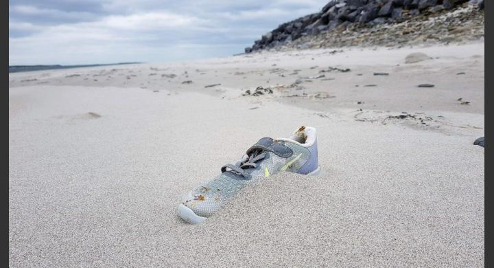 Το μυστήριο με τα αθλητικά παπούτσια που ξεβράζονται σε παραλίες